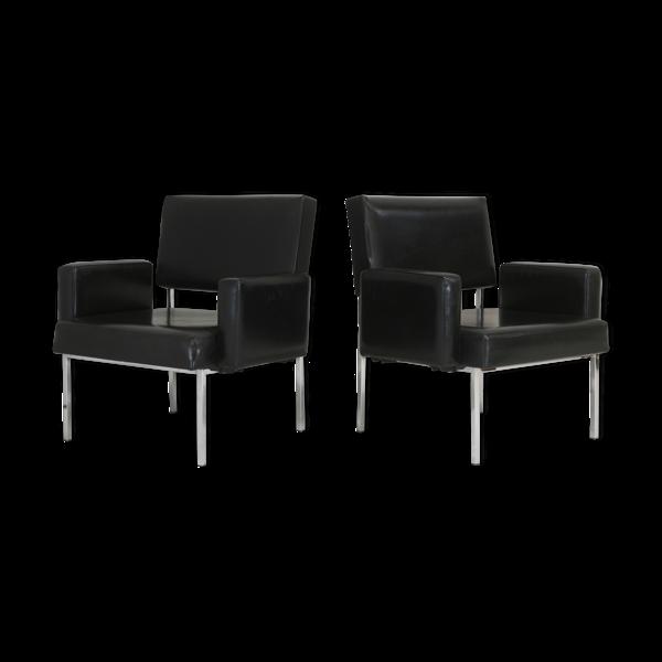 Paire de fauteuils piètement inox, simili-cuir noir, France, circa 1970