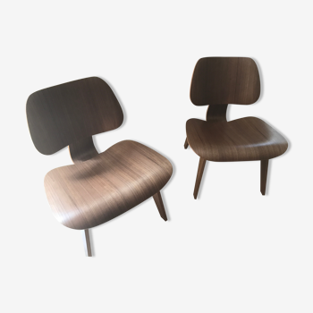 Paire de chaises LCW noyer pigmenté par Eames