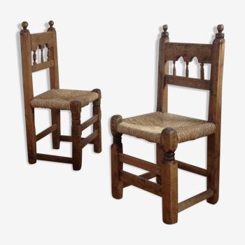 2 chaises rustiques gravées en pin d'art populaire de montagne