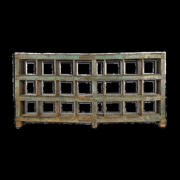 Etagère d'atelier en bois patiné à 24 cases