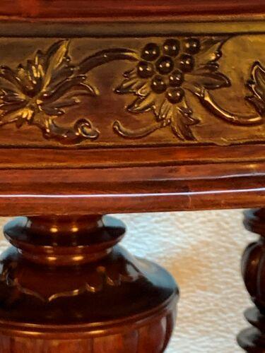 Table en acajou avec incrusté de laiton et de nacre