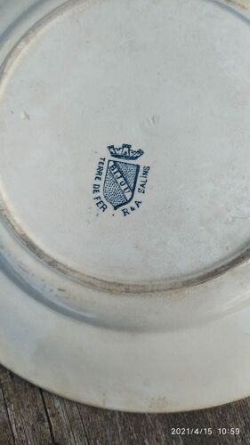 Assiette en terre de fer de Salins R. et. A