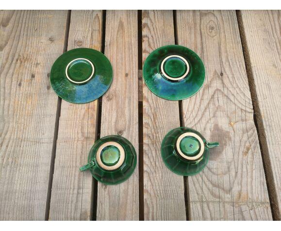 2 tasses anciennes avec soucoupes en céramique verte