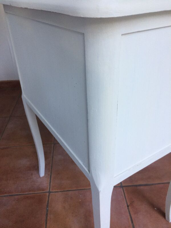 Table de chevet trois tiroirs style régence