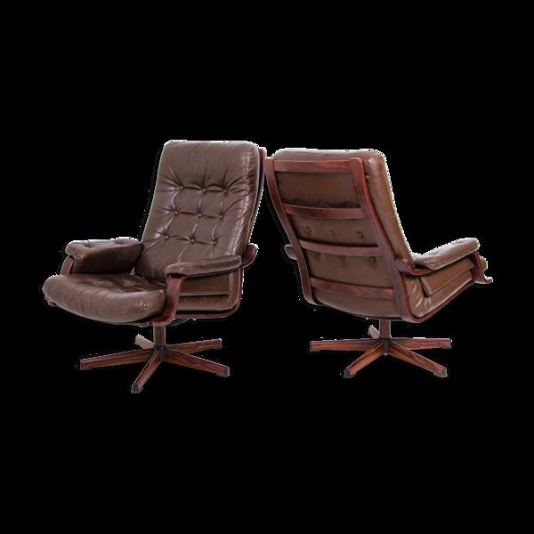 Paire de  fauteuils en cuir suédois pivotant