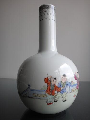 Vase balustre Chinois aux enfants jouant 30cm  porcelaine marque qianlong début XX