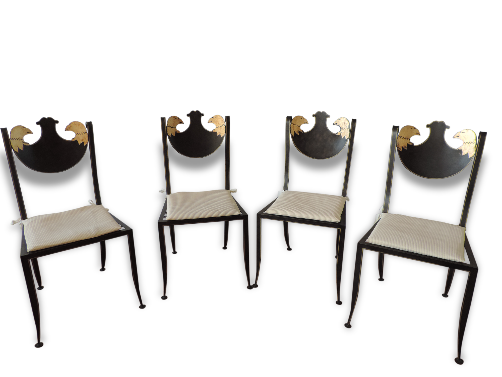 Ensemble de quatre chaises à décoration de têtes de rapace sur le dossier et fil doré en périphérie des montants et de l'assise