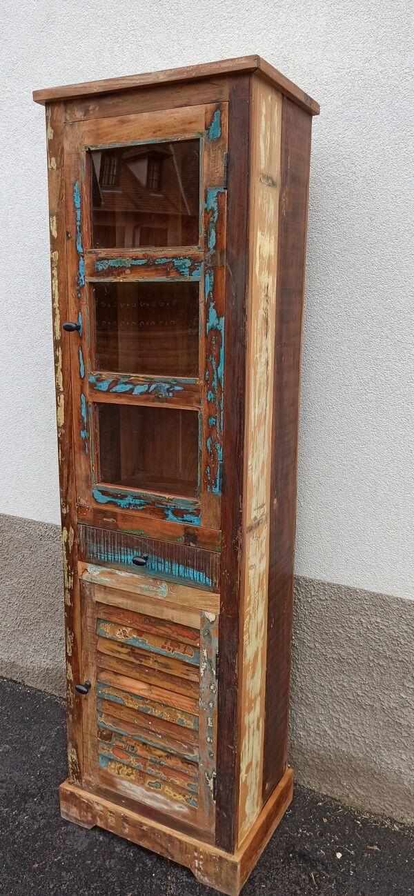 Bibliothèque en bois coloré avec vitres