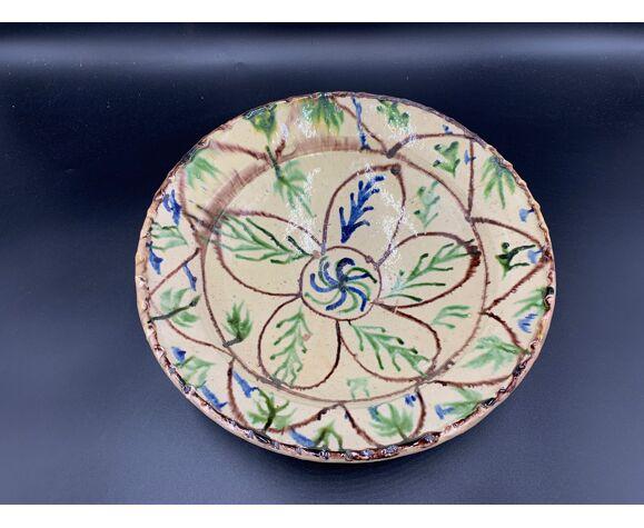 Ancien plat en terre-cuite vernissée à décor floral marron et vert sur engobe jaune, pakistan multan