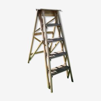 Échelle escabeau ancien en bois avec marches