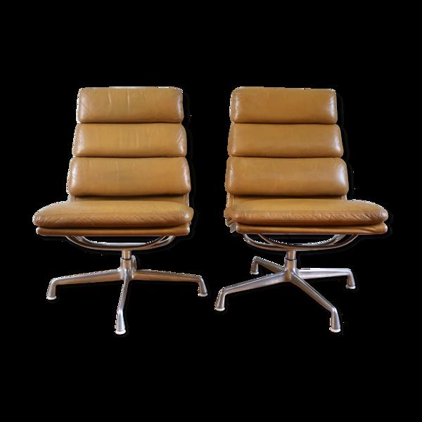 Selency Paire de fauteuils EA216 softpad de Charles et Ray Eames édités par Herman Miller