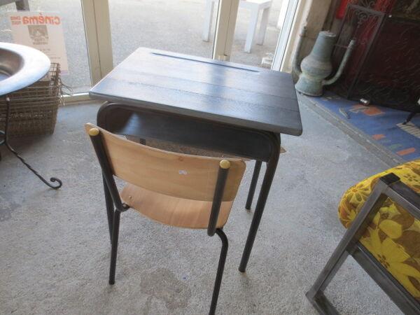 Ancien bureau d'écolier avec sa chaise