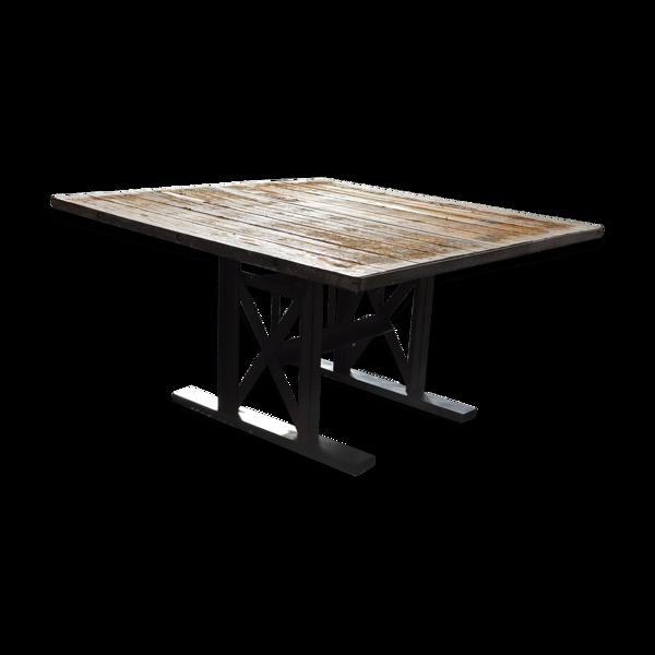 Table industrielle en fer et plateau en bois