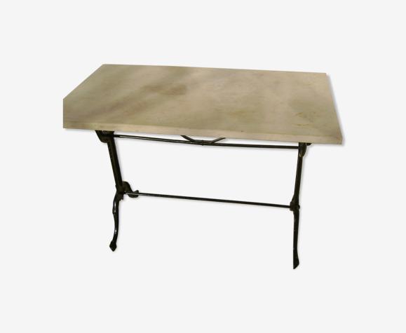 Table bistrot pieds en fonte noire et plateau en pierre du languedoc