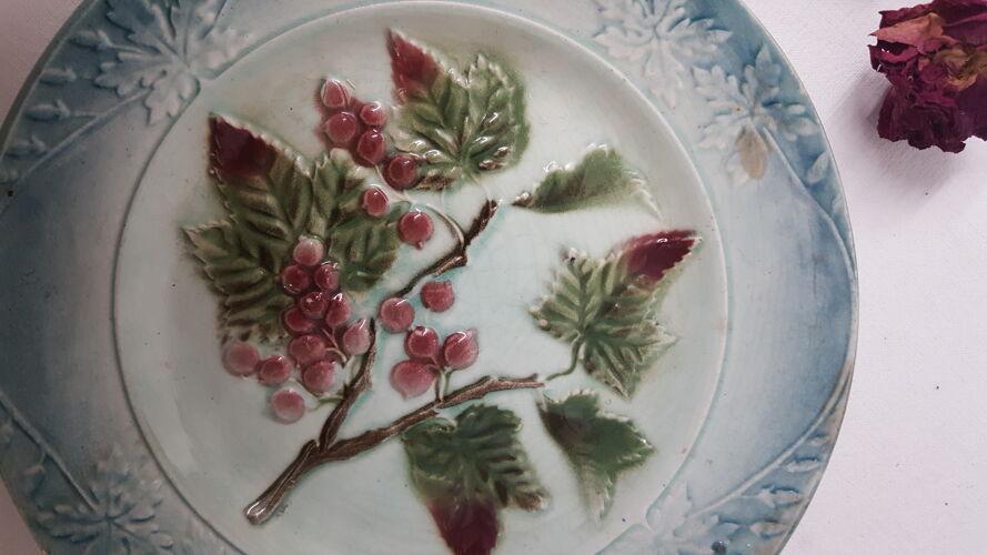 Assiette en barbotine décor grappe de raisin