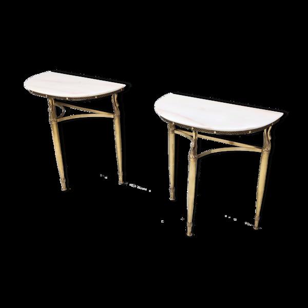 Paire de tables de chevet tables de console avec des dessus en marbre et des jambes en laiton, Italie