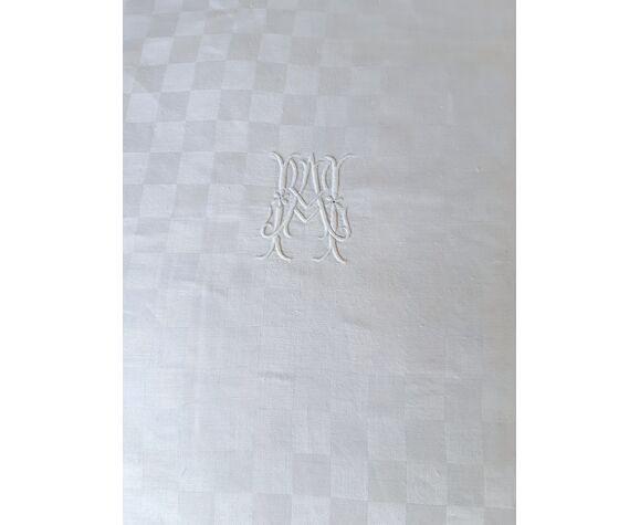 Nappe damassée rectangulaire, blanche à damiers monogrammée ma, 1m70x2m40.