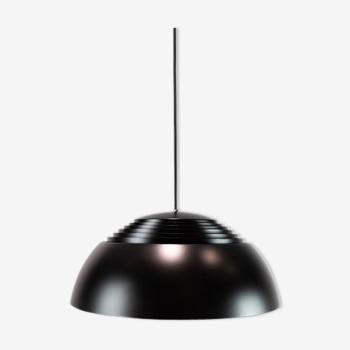 Suspension Royal, en métal noir conçu par Arne Jacobsen et fabriqué par Louis Poulsen.