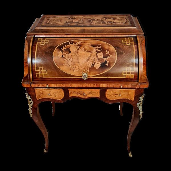 Incommensurable de beauté pour ce bureau cylindre Louis XV en marqueterie de bois précieux vers 1850