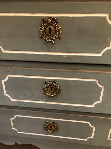 Commode ancienne Louis XV époque milieu XVIII ème en noyer patinée gris et blanc