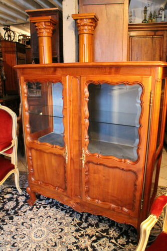 Vitrine en merisier massif ouvrant à 2 portes vitres biseautées style Régence