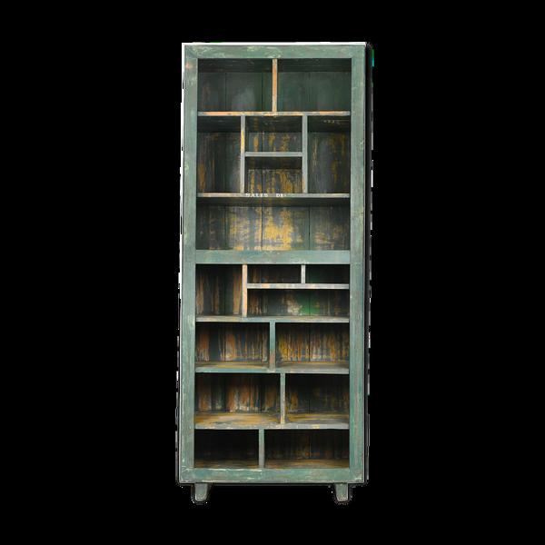 Bibliothèque en bois patiné à 17 cases