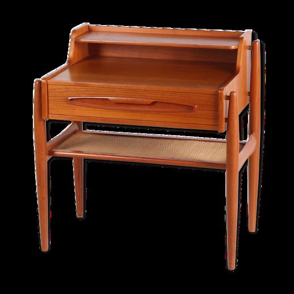 Table d'appoint danoise en teck avec tiroir et étagère en rotin
