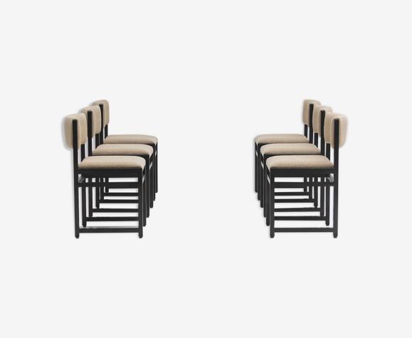 Six chaises en chêne teinté noir avec rembourrage bouclé