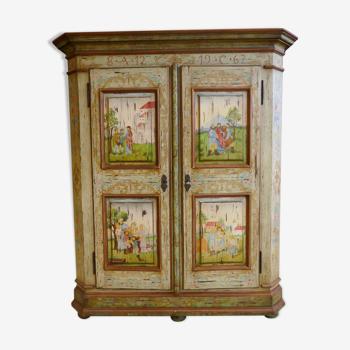 Armoire peinte dans l'esprit autrichien à décors polychromes