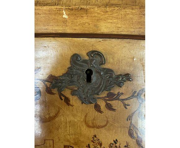 Bureau scriban Louis XV galbé en bois peint de scènes dans un paysage végétal