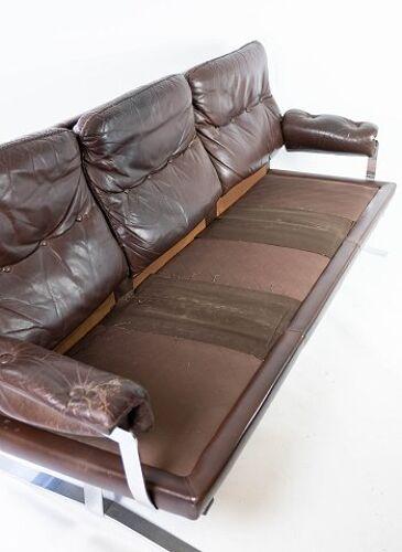 Canapé trois places rembourré de cuir brun patiné par Arne Norell, années 1970