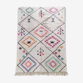 Tapis berbère marocain Azilal écru à losanges noirs et motifs colorés 249x160cm