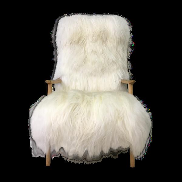 Fauteuil en peau de mouton et bois