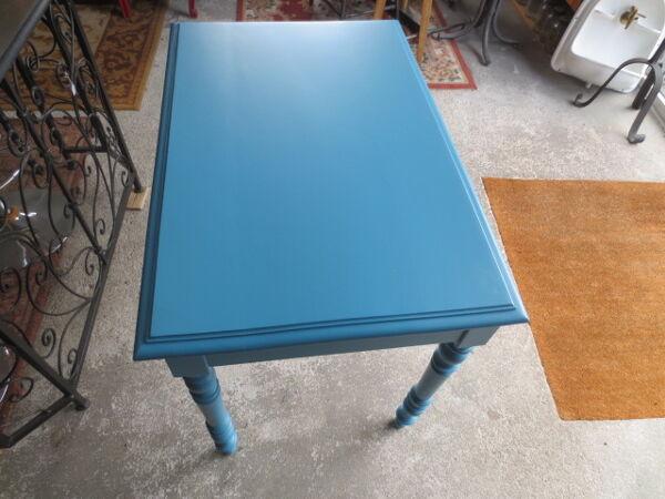 Ancienne table en bois relookée en bleu canard