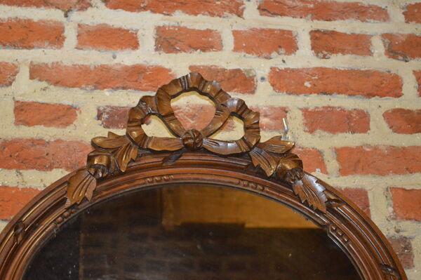 Miroir ovale avec un noeud