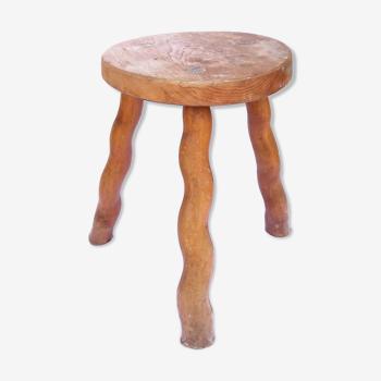 Tabouret tripode d'art populaire en bois clair et aux pieds ondulés