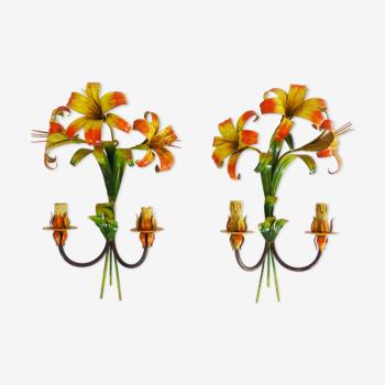 Paire d'appliques vintage en métal peint en forme de fleur de lys et feuillage. Année 70