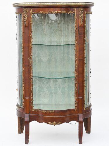 Vitrine galbée de style Louis XV
