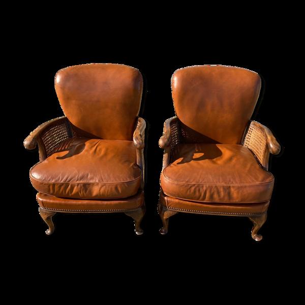 Paire de fauteuils en cuir joues en cannage